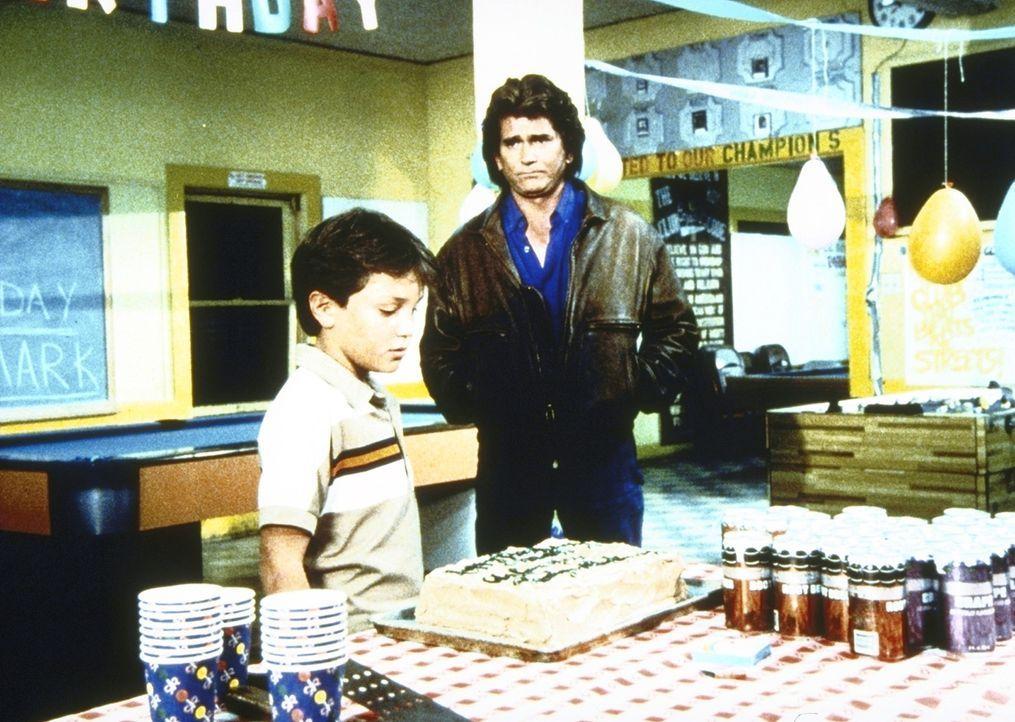 Brady (Ian Giatti, l.) hat zusammen mit Jonathan (Michael Landon, r.) eine Party für Mark organisiert, zu der dieser dann aber nicht erscheint. - Bildquelle: Worldvision Enterprises, Inc.