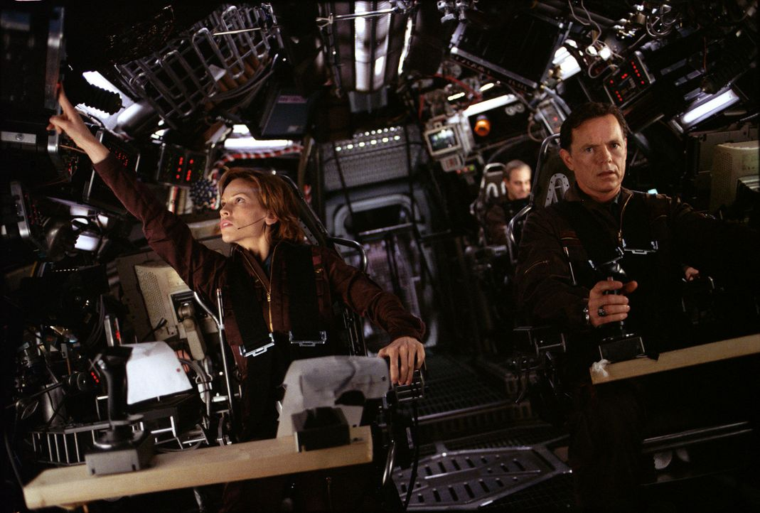 "Ihre Mission lautet: Major Rebecca ""Beck"" Childs (Hilary Swanks, l.) und Colonel Robert Iverson (Bruce Greenwood, r.) sollen einen atomaren Sprengko... - Bildquelle: TM & Copyright   2003 by Paramount Pictures. All Rights Reserved."