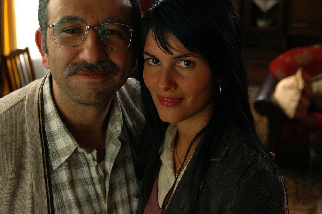 Seit einigen Jahren bemüht sich Süleyman (Hilmi Sözer, l.) um einen türkischen Ehemann für seine geliebte Tochter Aylin (Mandala Tayde, r.). Bi... - Bildquelle: ProSieben