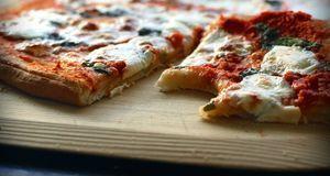 Das haben Sie bestimmt noch nie probiert: eine Pizza im Raclette backen.