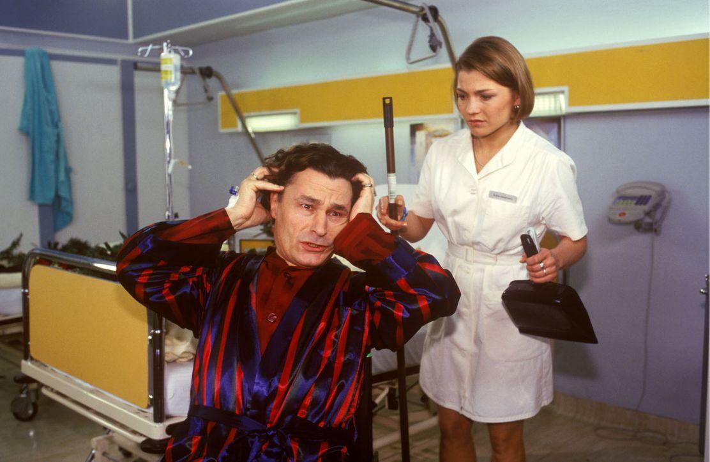 Sylvester Limmer (Max Volkert Martens, l.) ist querschnittsgelähmt und flüchtet sich in weitere Krankheiten. Als er von seiner Frau ins Luisenkran... - Bildquelle: Noreen Flynn Sat.1