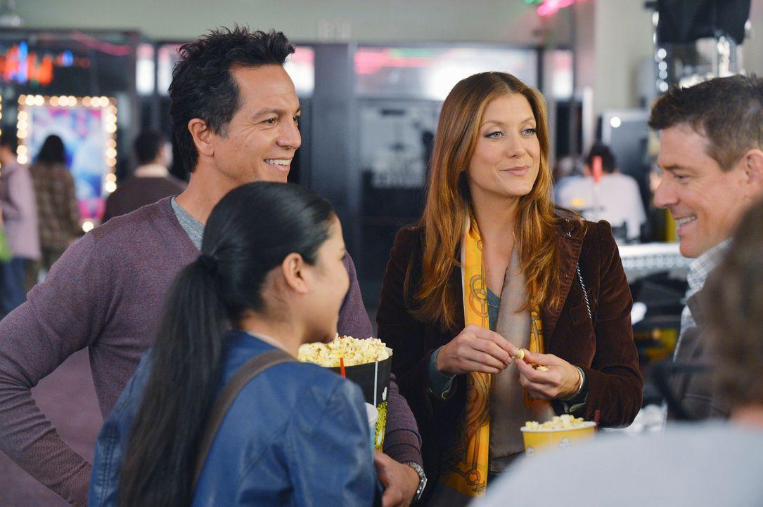 Während James es weiter auf Amelia abgesehen hat, treffen Addison (Kate Walsh, 2.v.r.), Jake (Benjamin Bratt, l.), Angela (Emily Rios, 2.v.l.) und... - Bildquelle: ABC Studios