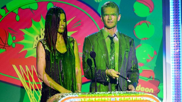 kids-choice-awards-2013-Sandra-Bullock-Neil-Patrick-Harris-130323-getty-AFP -...