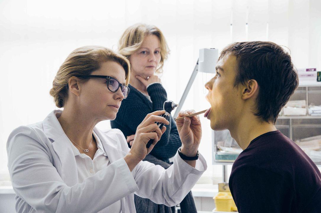Nicht nur Frank (Valentino Fortuzzi, r.) und seine Mutter (Carina Wiese, M.) setzt die Wartezeit für eine neue Leber massiv zu, auch Dr. Hellweg (An... - Bildquelle: Hardy Spitz SAT.1
