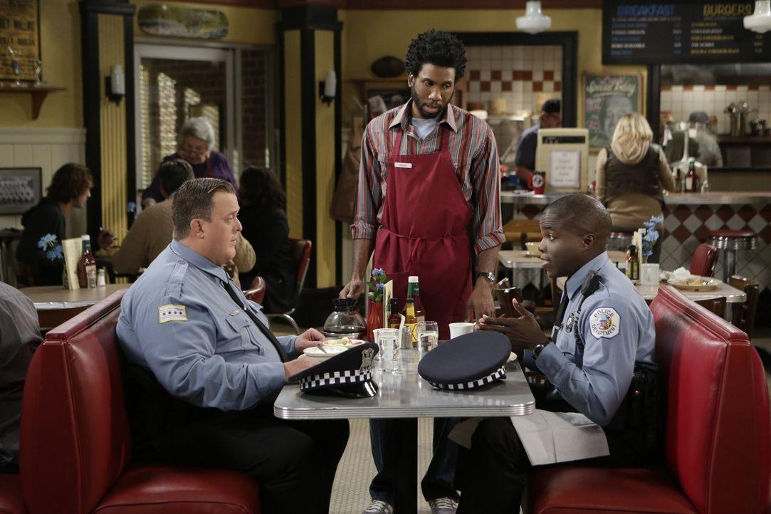 Mike (Billy Gardell, l.) beschwert sich bei Carl (Reno Wilson, r.) und Samuel (Nyambi Nyambi, M.), dass Molly die Hausarbeit nicht mehr erledigt, ob... - Bildquelle: Warner Brothers