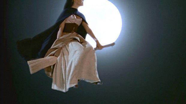 Phoebe (Alyssa Milano) stellt fest, wie nützlich es sein kann, dass Hexen auf...
