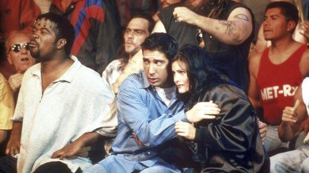Ross (David Schwimmer, Mitte l.) und Monica (Courteney Cox, Mitte r.) fiebern...