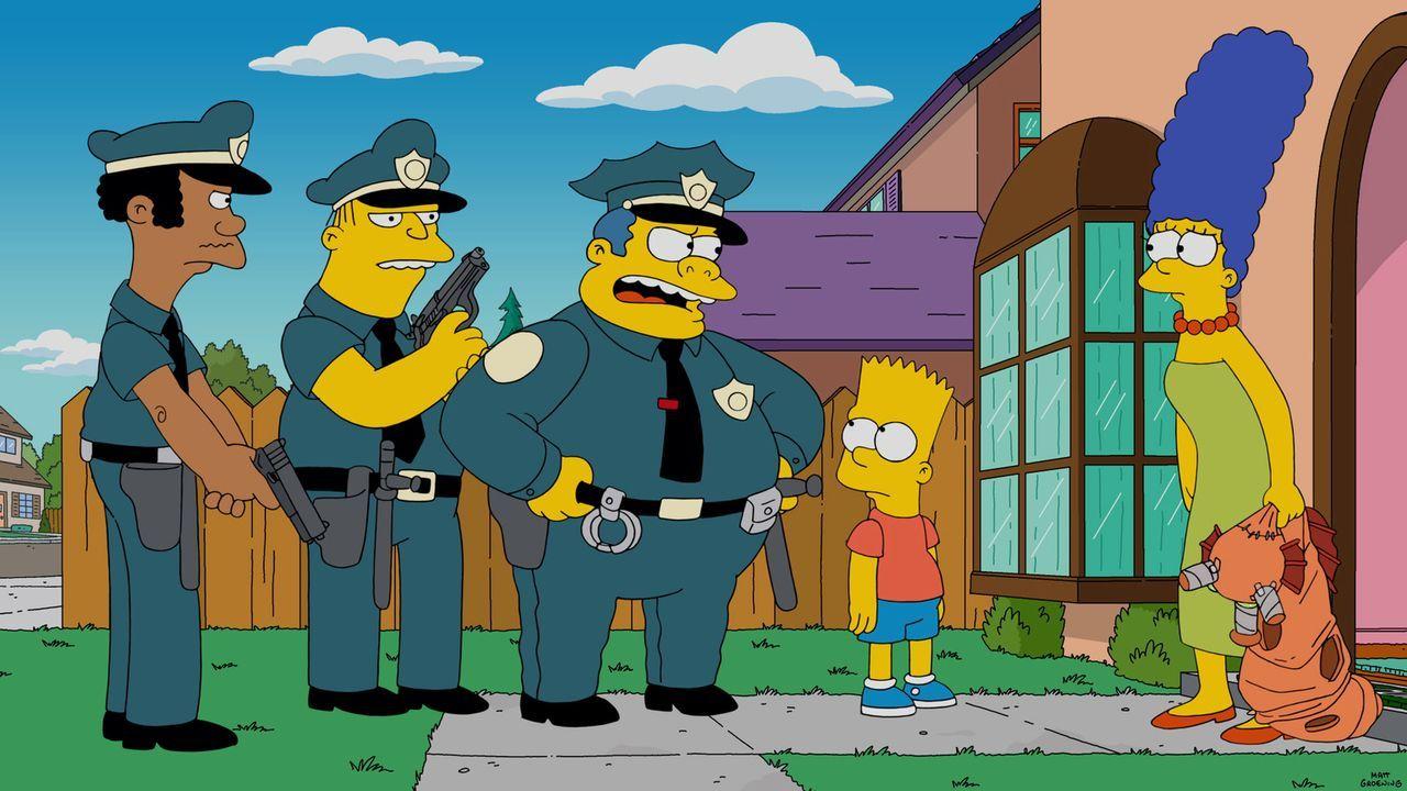 Weil Marge (r.) Bart (2.v.r.) unbeaufsichtigt auf den Spielplatz gelassen hat, und deswegen angezeigt wurde, muss sie für 90 Tage ins Gefängnis. Cla... - Bildquelle: 2015 Fox and its related entities.  All rights reserved.