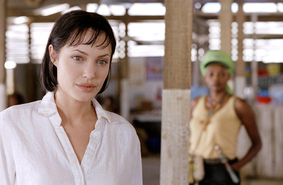 Während eines Krieges in Afrika findet Sarah Jordan (Angelina Jolie, l.) ihre Bestimmung und den Mann fürs Leben ... - Bildquelle: Paramount Pictures