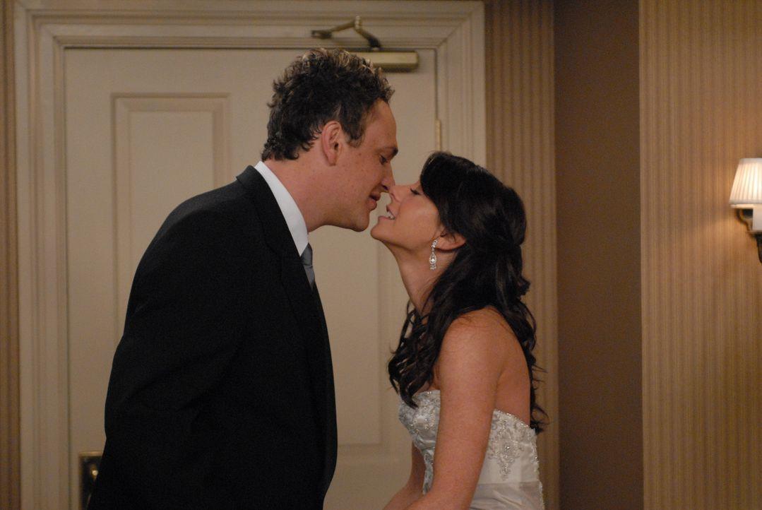 Geschafft: Lily (Alyson Hannigan, r.) und Marshall (Jason Segel, l.) ... - Bildquelle: Michael Yarish 20th Century Fox International Television