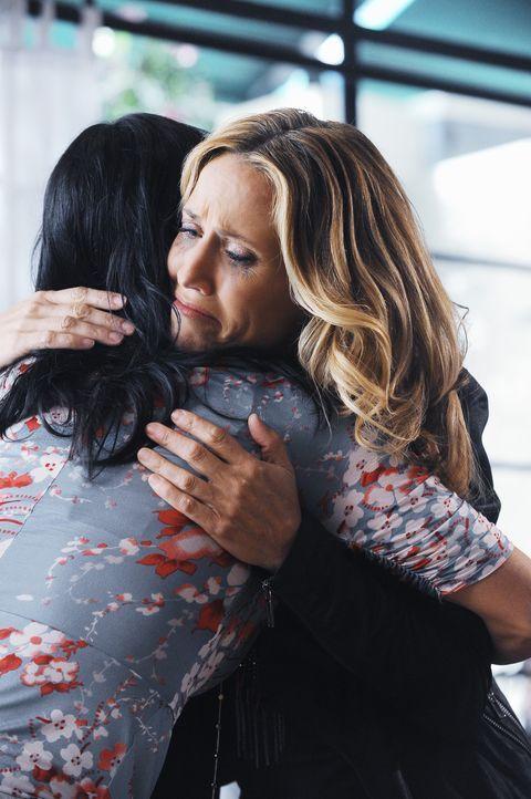 Verstehen sich sofort blendend: Jules (Courteney Cox, l.) und Sara (Sheryl Crow, r.) ... - Bildquelle: 2009 ABC INC.