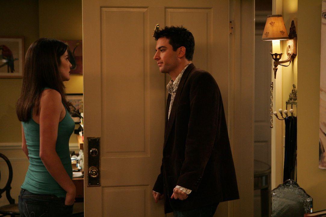 Ted (Josh Radnor, r.) hat noch immer keinen Anruf von Victoria erhalten. Als ihn Robin (Cobie Smulders, l.) fragt, ob er bei ihr vorbeikommen will,... - Bildquelle: 20th Century Fox International Television