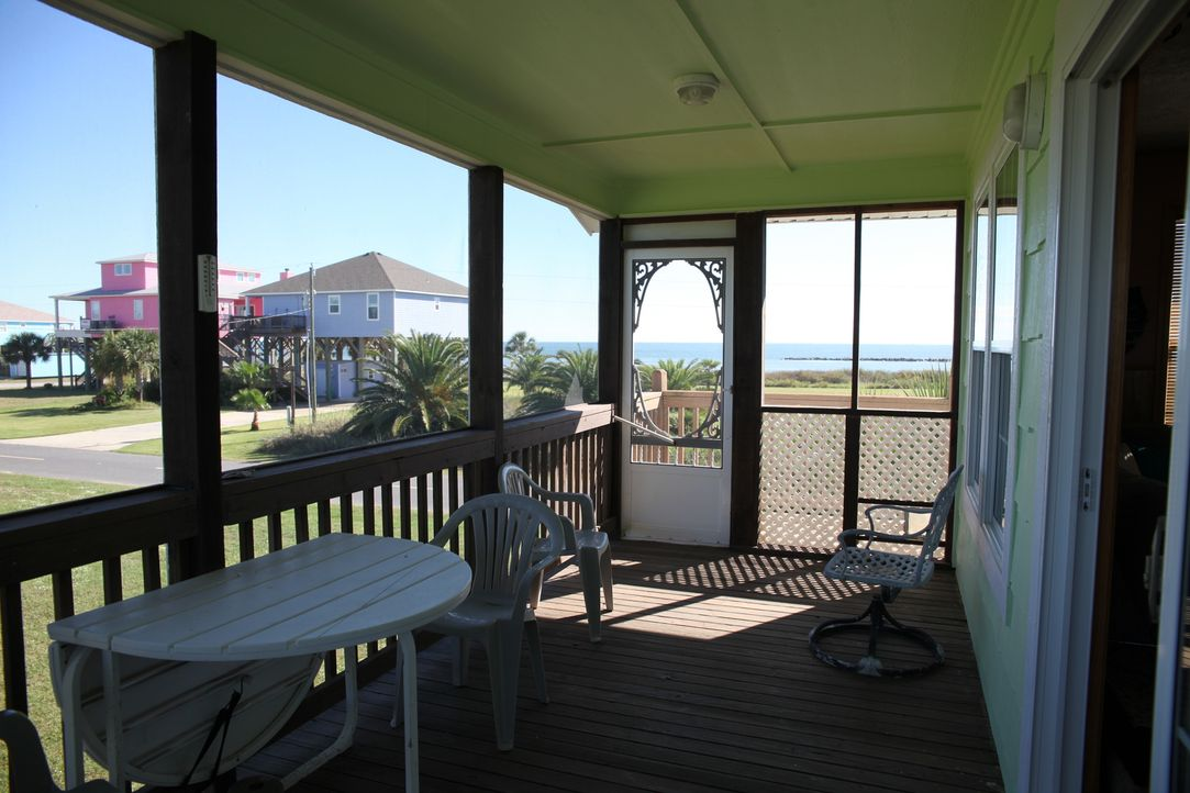 An der Küste von Johnson Bayou in Louisiana  präsenteiert Makler Chase White seinen Kunden einige potenzielle Strandhäuser, doch ist auch eines dabe... - Bildquelle: 2014,HGTV/Scripps Networks, LLC. All Rights Reserved
