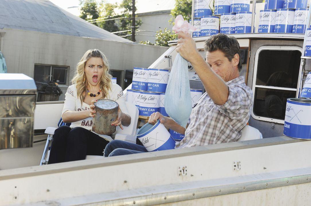 """Bobby (Brian Van Holt, r.) und Laurie (Busy Philipps, l.) tun sich zusammen um ihr Spiel """"Penny Can"""" einer größeren Menschengruppe vorzustellen ... - Bildquelle: 2010 ABC INC."""
