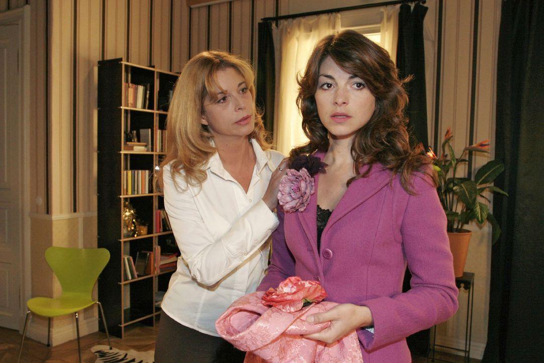 Laura (Olivia Pascal, l.) versucht Mariella (Bianca Hein, r.) umzustimmen: Sie ist entschlossen, zu gehen ... - Bildquelle: Noreen Flynn Sat.1