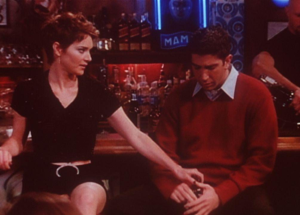 Chloe (Angela Featherstone, l.) versucht, Ross (David Schwimmer, r.) für sich zu interessieren, aber er leidet noch unter der Trennung von Rachel. - Bildquelle: TM+  2000 WARNER BROS.