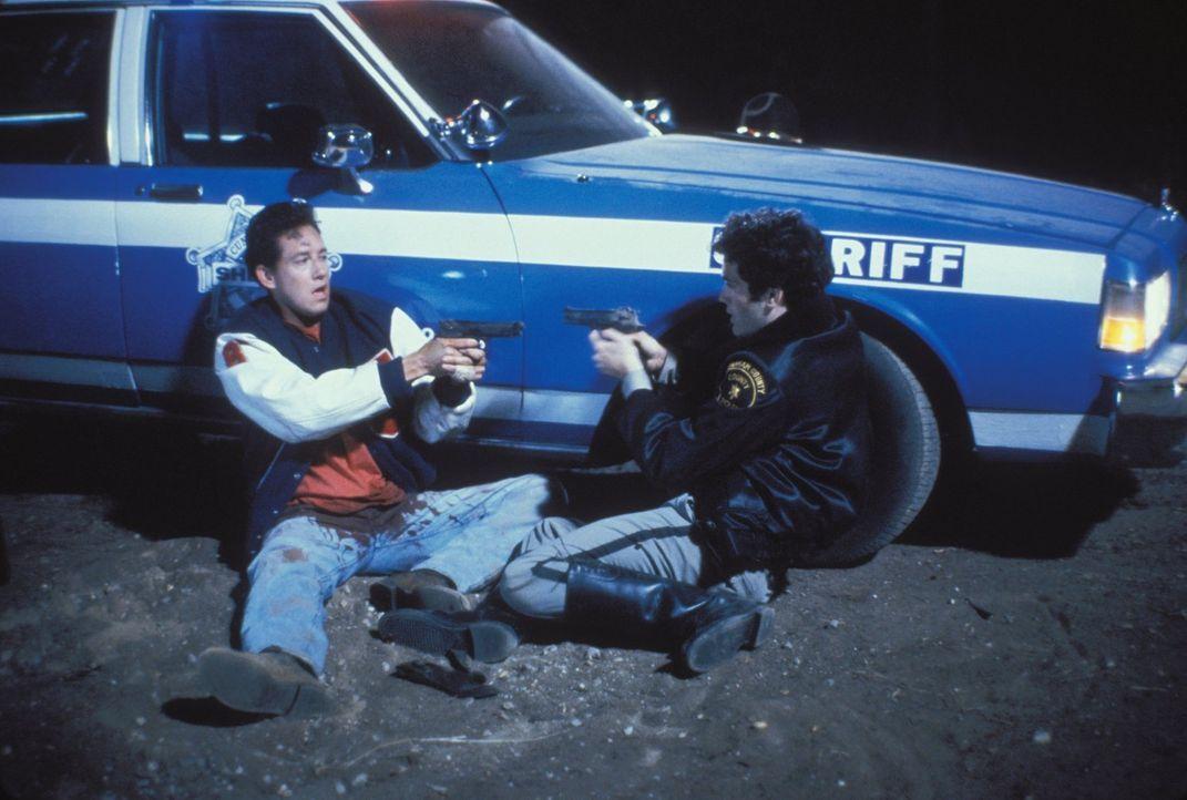 Der Polizist Randy Parker (Kipp Marcus, r.) hält Steven Freeman (John D. LeMay, l.) für einen Mörder ... - Bildquelle: Warner Bros.