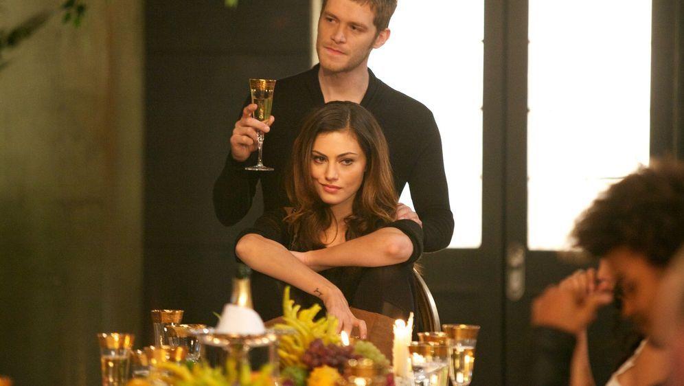 Stolz präsentiert Klaus (Joseph Morgan, hinten) die Mutter seines ungeborene... - Bildquelle: Warner Bros. Television