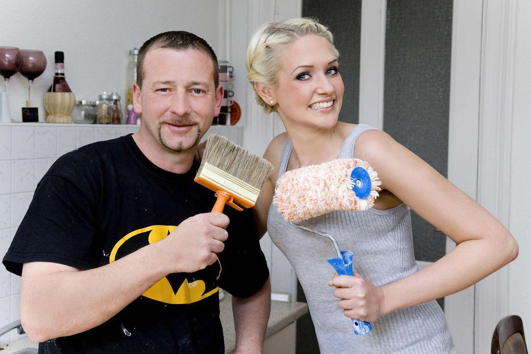 Model Sarah Knappik (r.) will in ihrer ersten eigenen Wohnung die Einbauküche pimpen. Bei der Umsetzung bekommt sie Unterstützung von Super-Heimwe... - Bildquelle: kabel eins