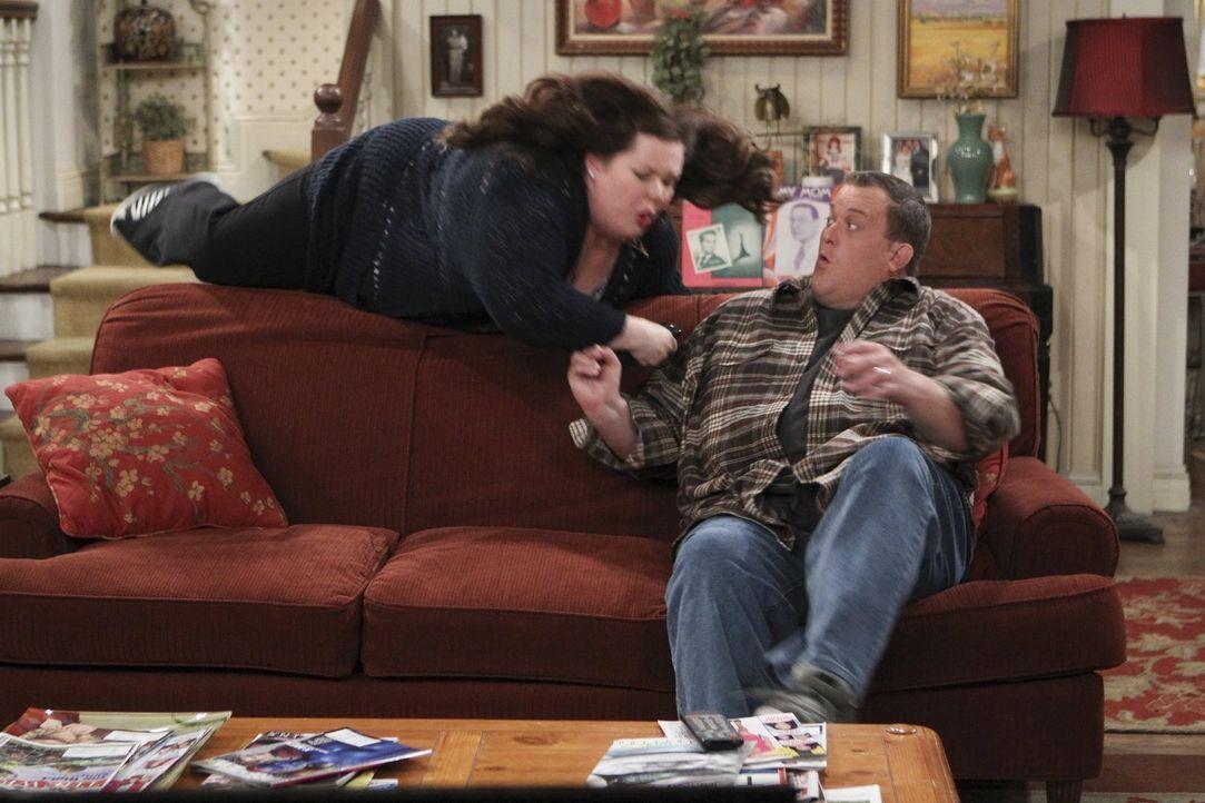 Was ist nur mit Mike (Billy Gardell, r.) und Molly (Melissa McCarthy, l.) los? - Bildquelle: Warner Brothers