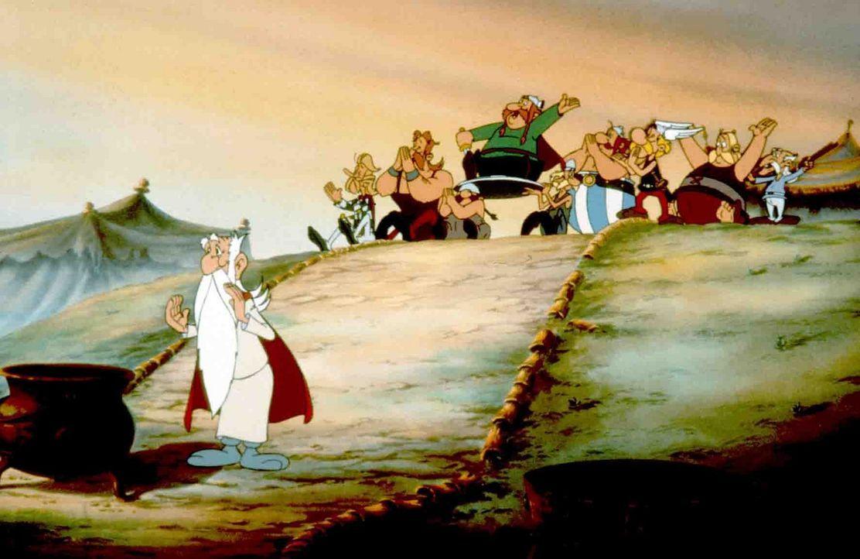 Das ganze Dorf hofft, dass sich  Miaculix  (l.) wieder an die Formel des Zaubertranks erinnern kann ... - Bildquelle: Jugendfilm-Verleih GmbH