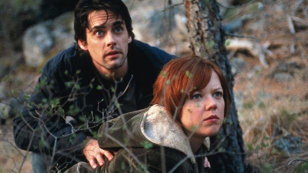 Endlich gelingt es Charlie (Adam Kaufman, r.) und Lisa (Emily Bergl, l.), den...