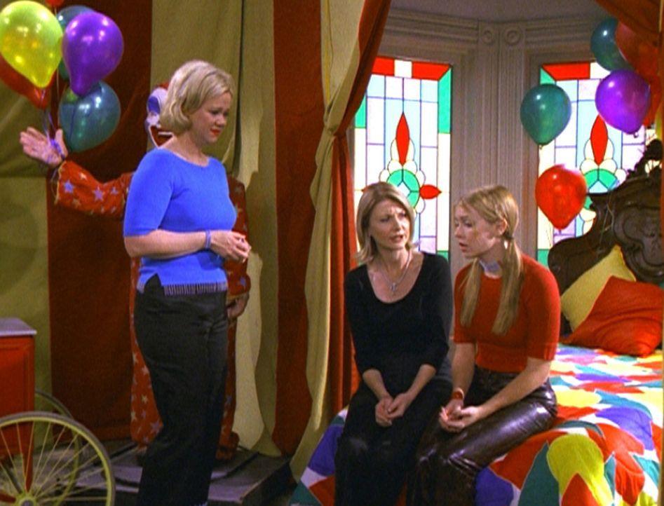 Sabrina (Melissa Joan Hart, r.) eröffnet Hilda (Caroline Rhea, l.) und Zelda (Beth Broderick, M.), dass sie sich eine eigene Wohnung suchen will. - Bildquelle: Paramount Pictures