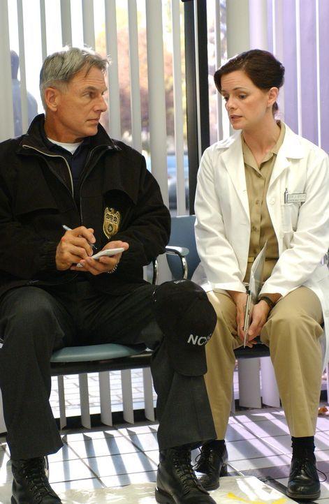 Hat Dr. Byers (Stacy Edwards, r.) mit dem Tod von Commander Doran etwas zu tun? Gibbs (Mark Harmon, l.) und sein Team ermittelt in diesem Fall ... - Bildquelle: CBS Television