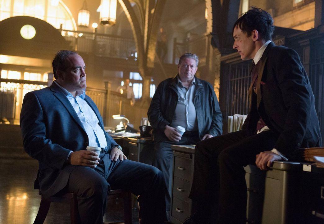 Oswald (Robin Lord Taylor, r.) muss aufpassen, dass seine Verbindung zu Falcone nicht ans Licht kommt, während Marioni (David Zayas, l.) die Rache v... - Bildquelle: Warner Bros. Entertainment, Inc.