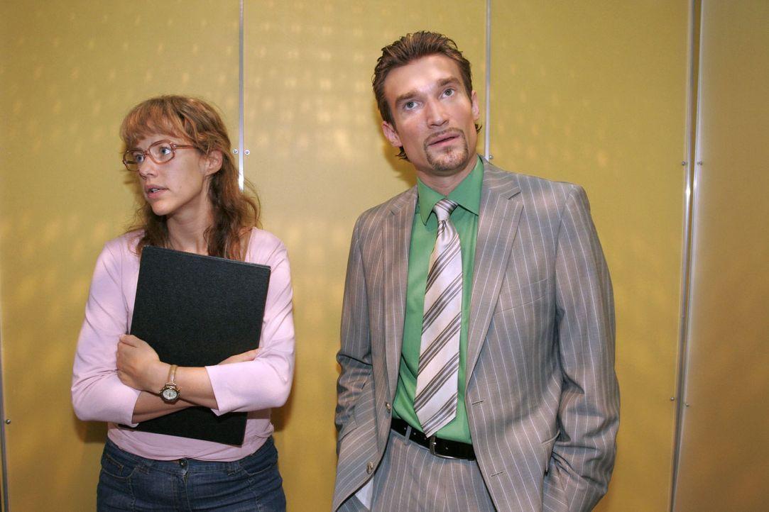 Lisa (Alexandra Neldel, l.) gerät mit Richard (Karim Köster, r.) aneinander, der Agnes gekündigt hat - und muss den Kürzeren ziehen. (Dieses Fot... - Bildquelle: Noreen Flynn Sat.1