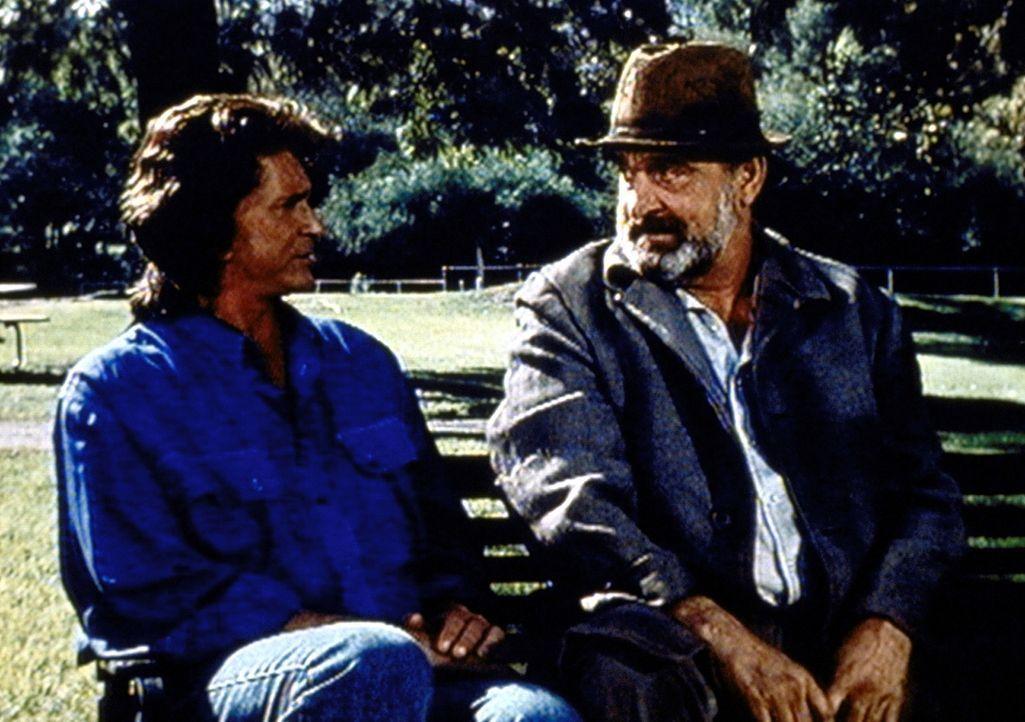 Jonathan (Michael Landon, l.) hat Mark (Victor French, r.) die Rolle eines Penners zugewiesen, der auf die vier Ausreißer aufpassen soll. - Bildquelle: Worldvision Enterprises, Inc.