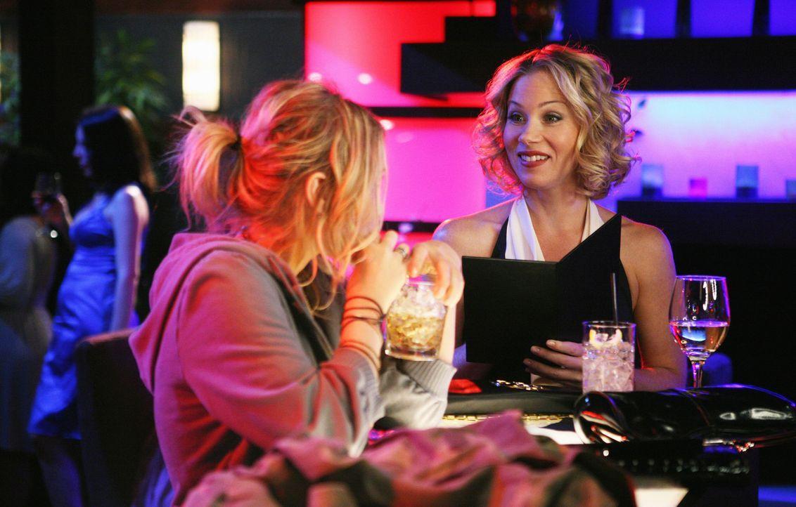 Nach einem feucht-fröhlichen Abend mit Dena und Andrea muss Samantha (Christina Applegate, r.) gemeinnützige Arbeit ableisten, wo sie auf ein Mäd... - Bildquelle: American Broadcasting Companies, Inc. All rights reserved.