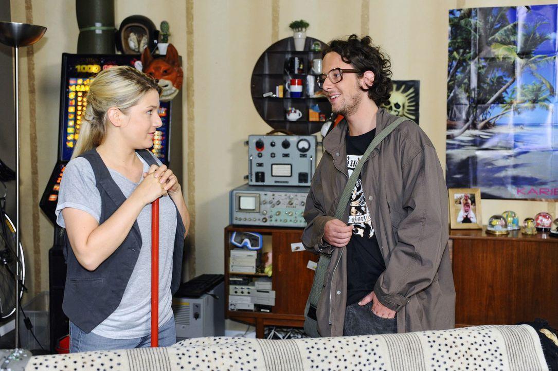 In ihrer neuen Wohnung trifft Anna (Jeanette Biedermann, l.) auf ihren Vermieter Todde (Marian Meder, r.). - Bildquelle: Oliver Ziebe Sat.1