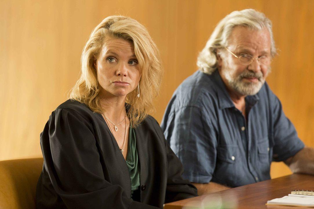 Ein neuer Fall: Danni (Annette Frier, l.) steht Günter Lobinger (Peter Sattmann, r.) zur Seite, der von seinem Sohn verklagt wird, weil er sein Gel... - Bildquelle: Frank Dicks SAT.1