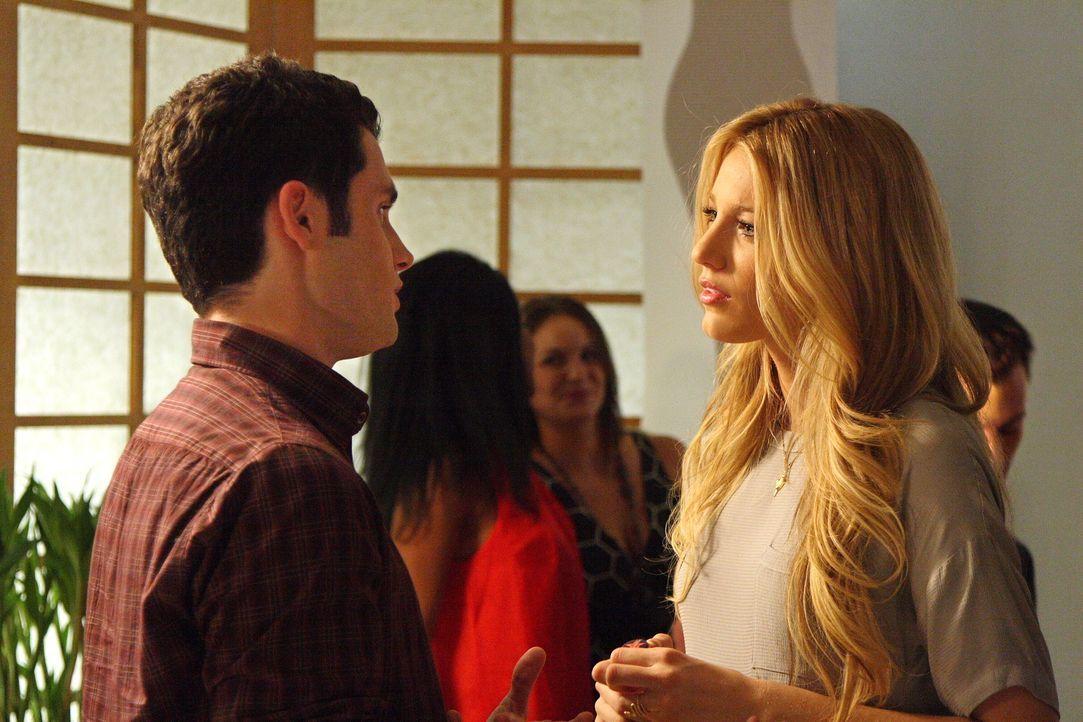Serena (Blake Lively, r.) ist sauer auf ihren Freund Dan (Penn Badgley, l.), denn Vanessa wusste vor ihr, dass Dans Mutter Allison wieder in der Sta... - Bildquelle: Warner Bros. Television