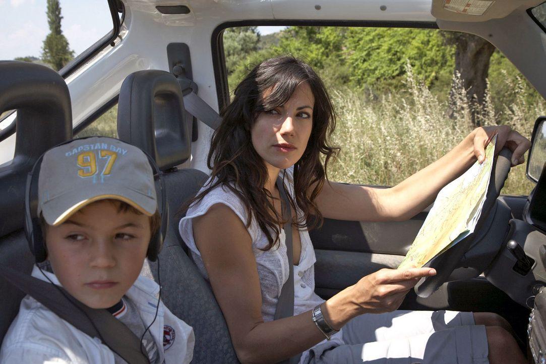 Im Jeep macht sich Claudia (Bettina Zimmermann, r.) mit ihrem Sohn Timmy (Jannis Michel, l.) auf die Suche nach Thomas. - Bildquelle: Xeni Taze Sat.1