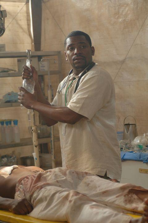 Pratt (Mekhi Phifer) versucht den totkranken Menschen in Darfur so gut es geht zu helfen, doch leider gelingt es ihm nicht immer, sie am Leben zu ha... - Bildquelle: Warner Bros. Television