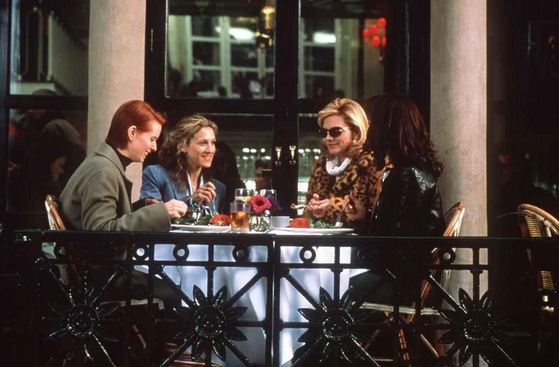 (v.l.n.r.) Miranda (Cynthia Nixon), Carrie (Sarah Jessica Parker), Sam (Kim Cattrall) und Charlotte (Kristin Davis) gönnen sich während eines Small-... - Bildquelle: Paramount Pictures