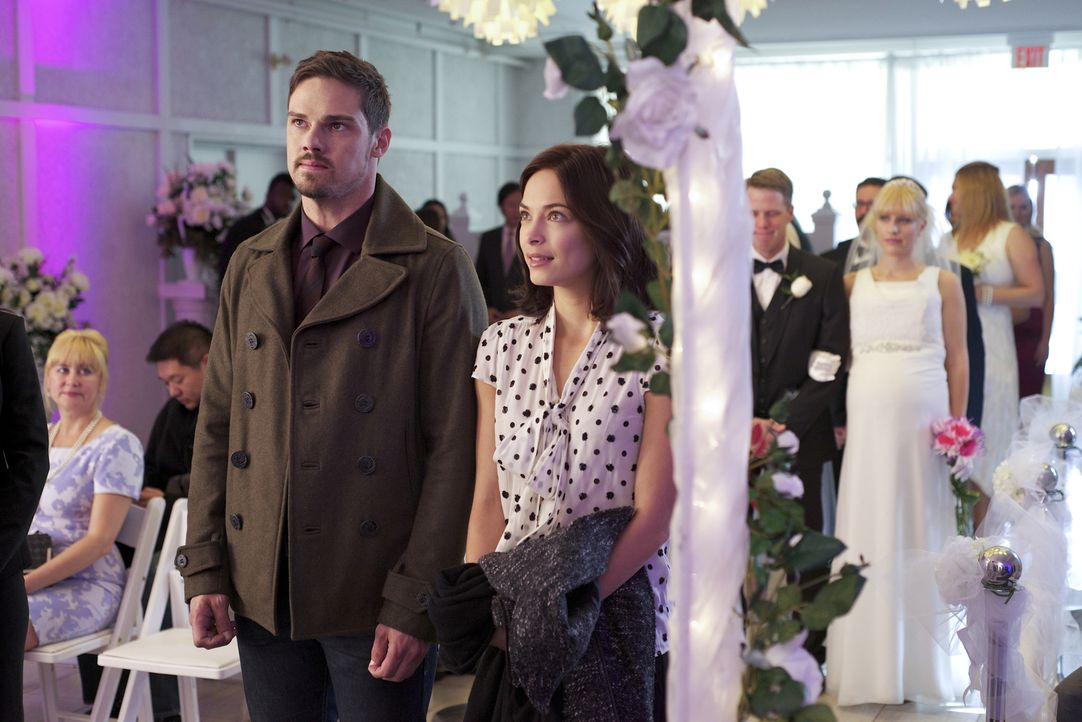 Endlich ist der Moment gekommen: Vincent (Jay Ryan, l.) und Catherine (Kristin Kreuk, r.) stehen am Traualltar ... - Bildquelle: Ben Mark Holzberg 2015 The CW Network, LLC. All rights reserved.