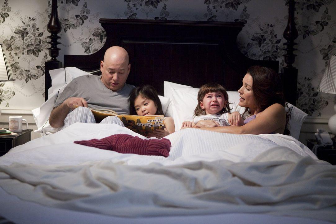 Haben jetzt zwei Kinder, die ihnen manchmal ordentlich zusetzen: Charlotte (Kristin Davis, r.), die nach wie vor an ihren Fähigkeiten als Mutter zw... - Bildquelle: Warner Brothers