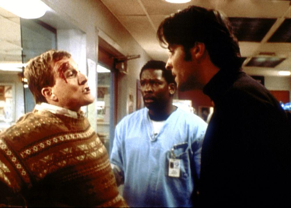 Kovac (Goran Visnjic, r.) erkennt in dem neuen Patienten (l.) den Mann, der ein kleines Mädchen angefahren und danach Fahrerflucht begangen hat. - Bildquelle: TM+  2000 WARNER BROS.