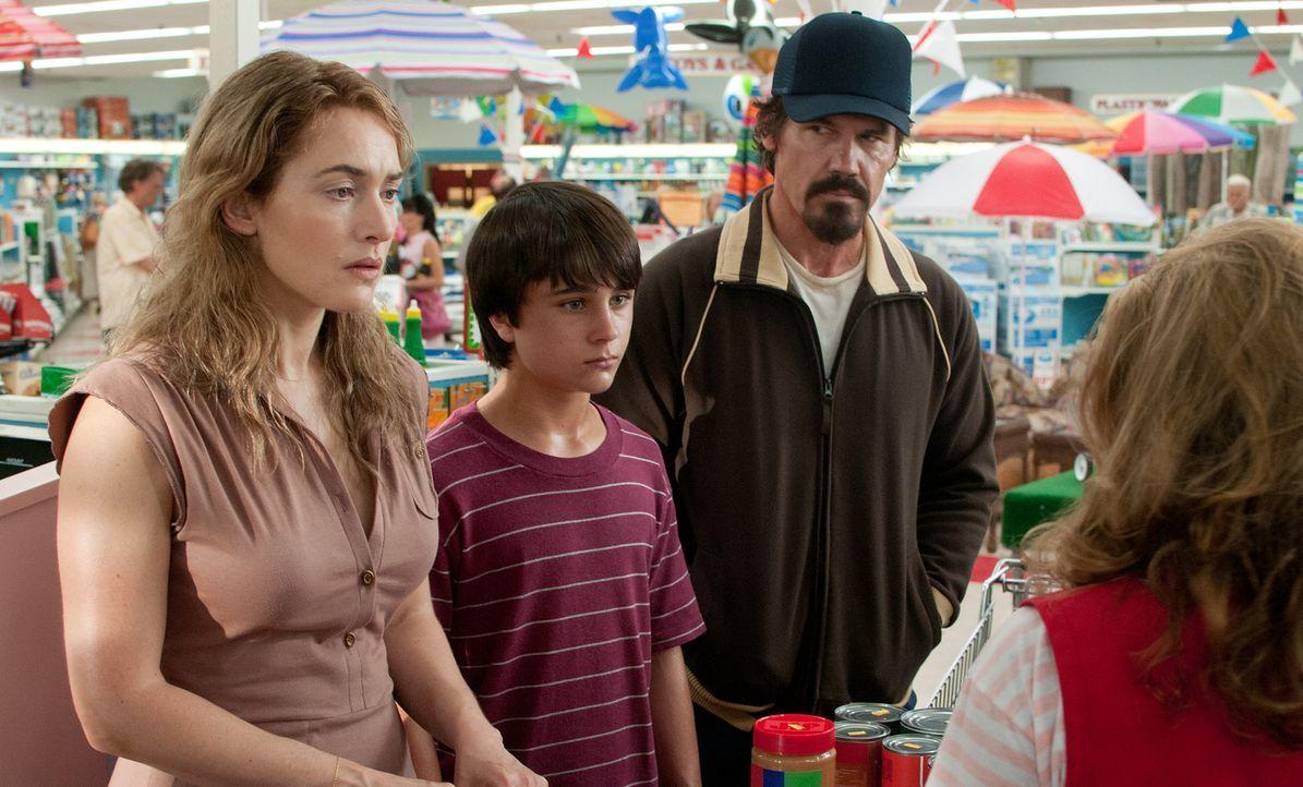 Als die depressive Mutter Adele (Kate Winslet, l.) und ihr Sohn, der 13-jährige Henry (Gattlin Griffith, M.), den verletzten Anhalter Frank (Josh Br... - Bildquelle: 2016 Paramount Pictures. All Rights Reserved.