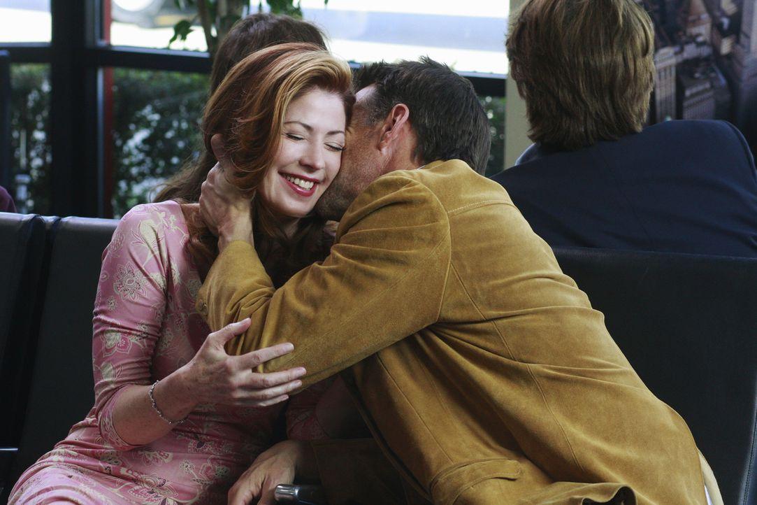 Noch ist alles in bester Ordnung, doch schon bald rast Mike (James Denton, r.) aus dem Flughafen und lässt eine verdutzte Katherine (Dana Delany, l.... - Bildquelle: ABC Studios