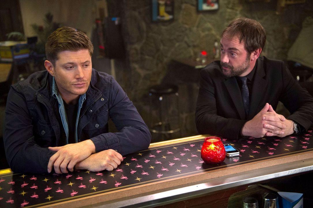 Als Dean (Jensen Ackles, l.) durch das Kainsmal immer aggressiver wird, muss sich Crowley (Mark Sheppard, r.) einen neuen Plan überlegen, um seinen... - Bildquelle: 2016 Warner Brothers