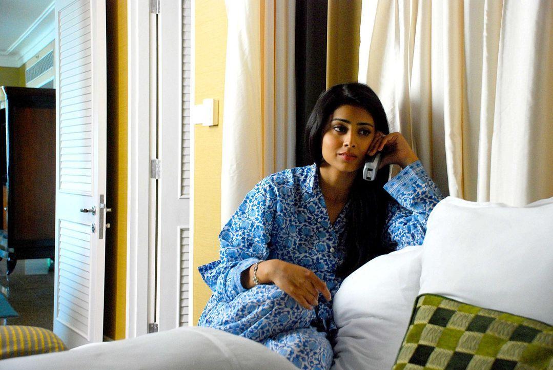 Das Schicksal nimmt seinen Lauf: Priya R. Sethi (Shriya Saran) beschließt, nach San Francisco zu reisen, um dort einen Mann zu treffen, den sie bish... - Bildquelle: 2008 OEL Productions, INC. All Rights Reserved.