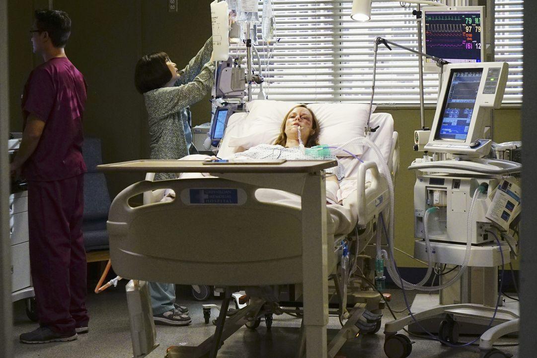 April und ihre Kollegen versuchen alles, um Tess (Paris Perrault, r.) zu retten. Doch wird es ihnen gelingen? - Bildquelle: Richard Cartwright ABC Studios