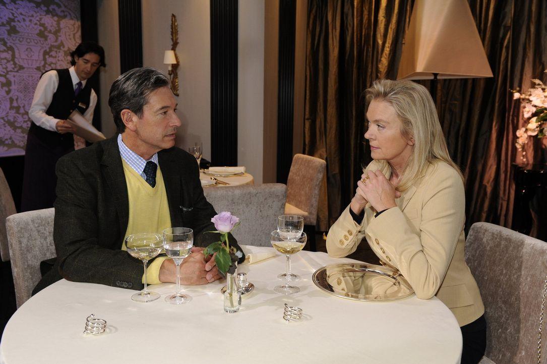 Elisabeth (Birte Bergl, r.) bringt Julius (Günter Barton, l.) in Bedrängnis, als sie um ihren Anteil am Hotel bittet ... - Bildquelle: SAT.1