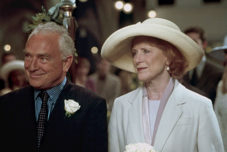Isabelle Corday (Judy Parfitt, r.) und Dr. Charles Corday (Paul Freeman, l.) freuen sich über die bevorstehende Vermählung ihrer Tochter Elizabeth m... - Bildquelle: TM+  2000 WARNER BROS.