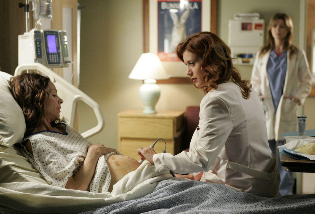 Meredith (Ellen Pompeo, r.) beobachtet Addison (Kate Walsh, M.) wie sie sich um eine Patientin kümmert ... - Bildquelle: Touchstone Television