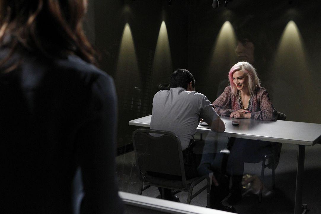 Die Undercover-Drogenpolizistin Yolanda Concepcion wird in der Nähe eines Clubs erschossen aufgefunden. Teresa (Robin Tunney, l.) und Kimball (Tim K... - Bildquelle: Warner Bros. Television